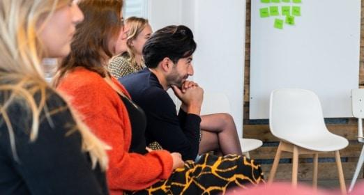 man luistert aandachtig naar een presentatie